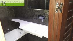 Waschtisch mit Ausschnitt für Eintritt zur Badewanne