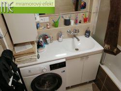 Weisser, flacher Waschtisch auf dem Badmöbel und Waschmaschine